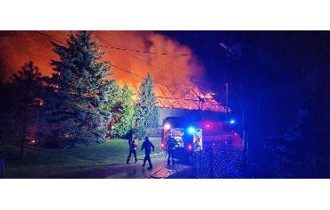 16.8.2021 - Albrechtice - požár RD a hosp. stavení