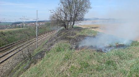 29. 04. 2010 - Ostrov nad Oslavou - požár trávy na železničním náspu