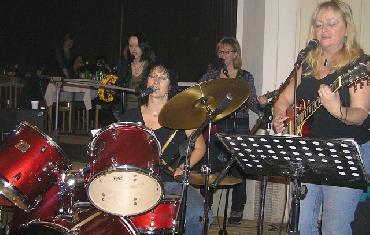 Ples - 6. 2. 2010 - kapela Bosorky, břišní tanečnice ze skupiny Džamila