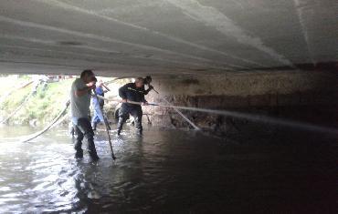 Odplavování bahna pod mostem - 5.září 2015 - Bobrová