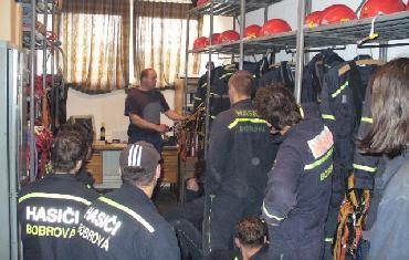 Výcvik sebezáchrany z výšky slaněním a jištění při zásahu (na stanici ve Žďáře nad Sázavou)