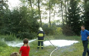 21. 8. 2008 - opékání párků, ukázka a vyzkoušení si vybavení hasičské jednotky