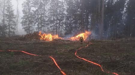 19.11.2020 - Bobrůvka - požár skládky vytěženého dřeva